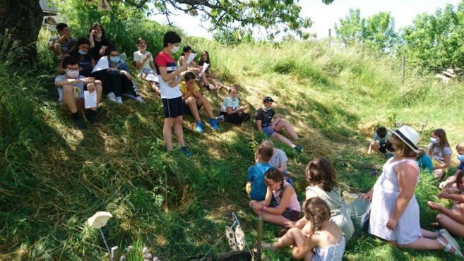 Lecture sous les arbres et chants entre les CE1-CE2 et les collégiens